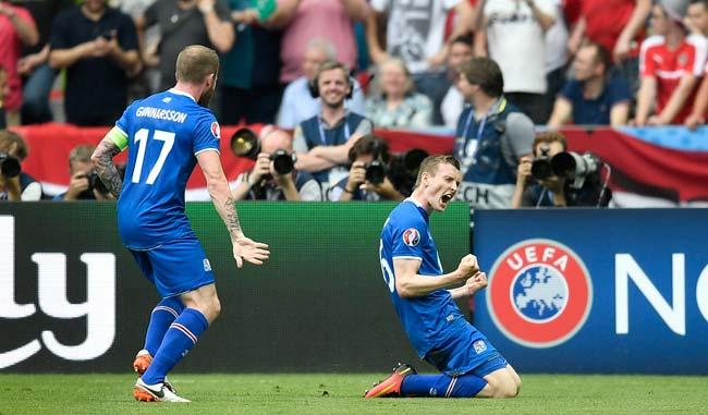 Jon Dadi Bodvarsson celebró con todo su gol/AP